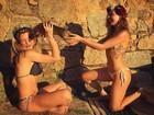 Isis Valverde brinca com a amiga de biquíni e exibe suas belas curvas