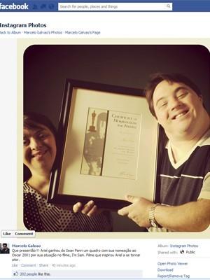 Ariel Goldenberg e Rita Pokk mostram  certificado de indicação de Sean Penn ao Oscar, presente  do norte-americano aos brasileiros (Foto: Reprodução / Facebook)