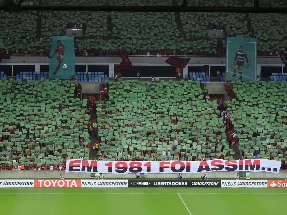 Mosaico da torcida do Flamengo na hora que o time entrou em campo (Foto: Fred Gomes)