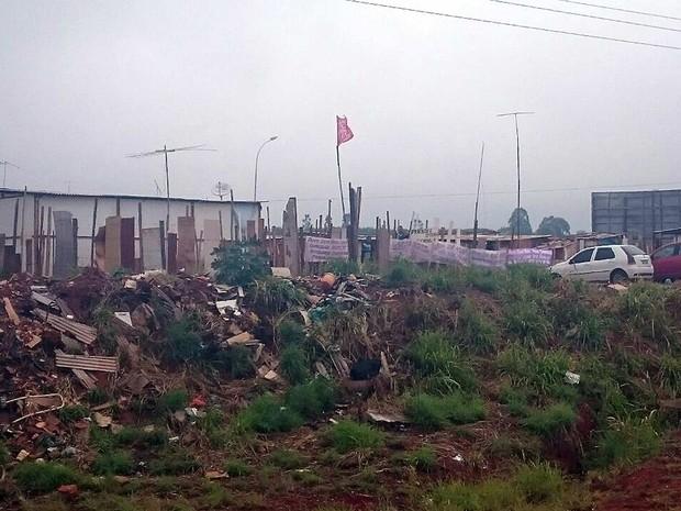 Acampamentro do MTST próximo da BR-020, que foi fechada por integrantes do movimento com pneus queimados na manhã desta quinta-feira (28), na região de Sobradinho, no Distrito Federal (Foto: Mateus Rodrigues/G1)