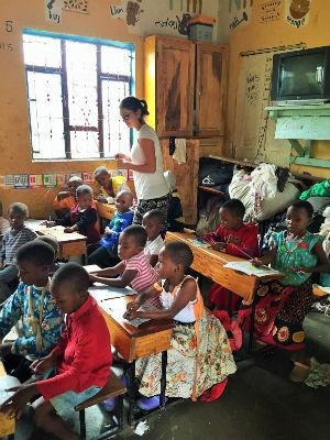 Casal de Jundiaí fez trabalho voluntário em orfanatos na Tanzânia (Foto: Arquivo Pessoal/Luana Preterotti)