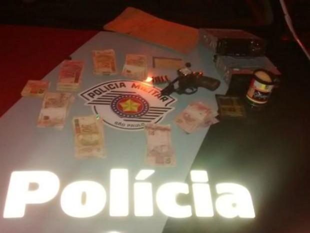 Grupo foi detido com pouco mais de R$ 5 mil furtados da lotérica (Foto: Divulgação/ PM Quadra)