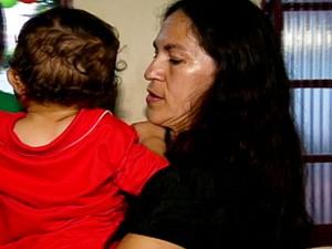 Sônia segurando Bruninho no colo em seu aniversário de 1 ano, em MS. (Foto: Produção/ TV Morena)