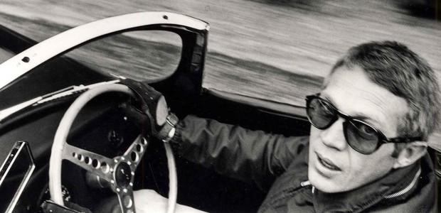 O icônico Persol de McQueen, em cena (Foto: Reprodução)