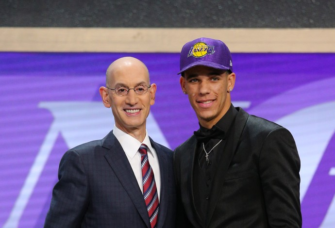 Lonzo Ball, segunda escolha do Draft pelo Los Angeles Lakers, é cumprimentado por Adam Silver, comissário da NBA (Foto: Reuters/Brad Penner-USA TODAY Sports)