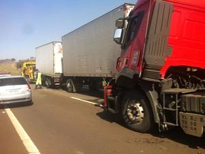 Engavetamento envolve mais de 20 veículos em rodovia de Mogi Mirim (Foto: Bruna Luchini / EPTV)