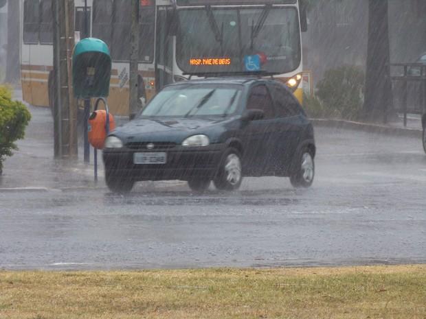 Pancada de chuva em Porto Alegre nesta terça-feira (31) (Foto: João Laud/RBS TV)