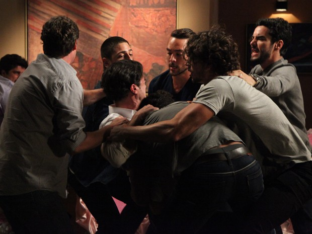 Todos tentam conter o dono do restaurante, que está transtornado (Foto: Carol Caminha/TV Globo)