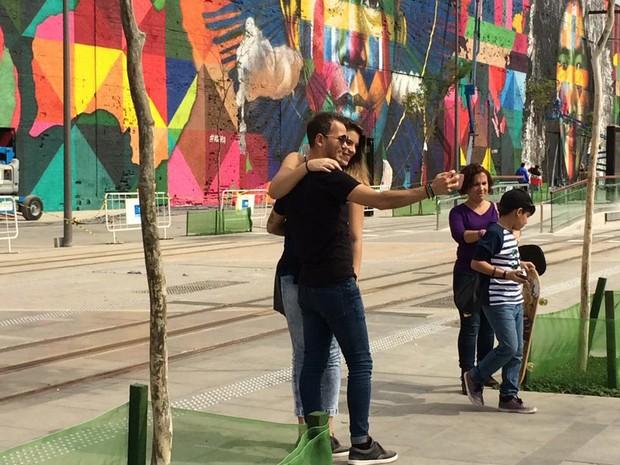 Selfies na frente do painel já pronto (Foto: Fernanda Rouvenat/G1)