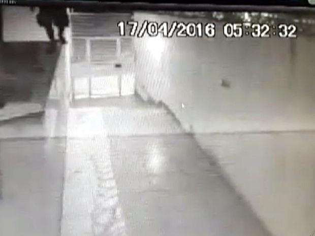 Ladrões 'escalam' prédios e roubam apartamentos em Cuiabá (Foto: Reprodução/TVCA)