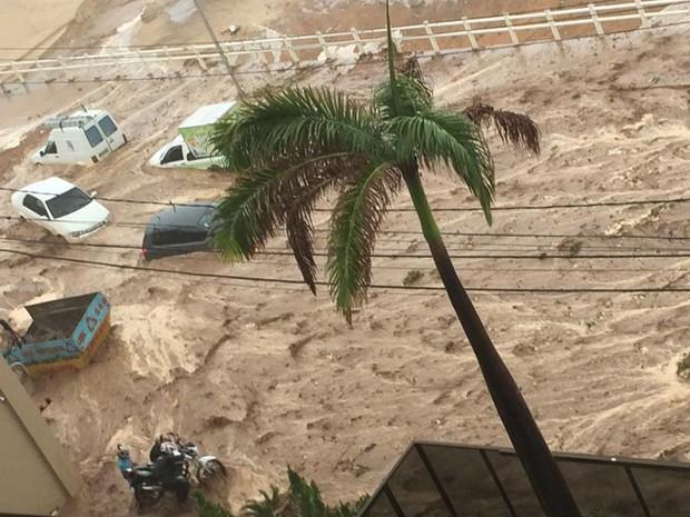 Deslizamento atingiu e arrastou carros na avenida Dinarte Mariz, em Natal (Foto: Lorena Barros/G1)