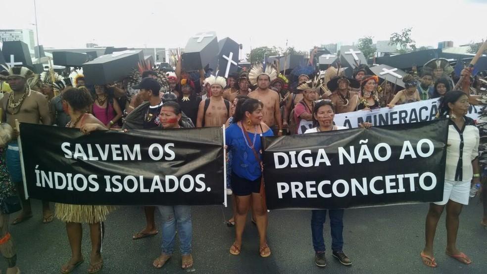 Índios fecham Esplanada e entram em conflito com PM em ato por demarcação (Foto: Marília Marques/G1)