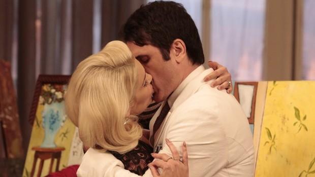 Êta Mundo Bom: Ernesto e Sandra se beijam  (divulgação)
