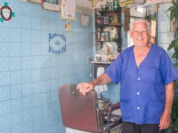 O barbeiro português Joaquim Gonçalves teria de aposentar as navalhas se o imóvel que aluga fosse vendido. (Foto: Flávio Moraes/G1)
