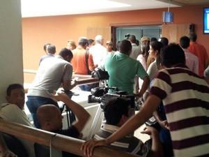 jornalistas aguardam decisão de habeas corpus (Foto: Ruan Melo / G1)