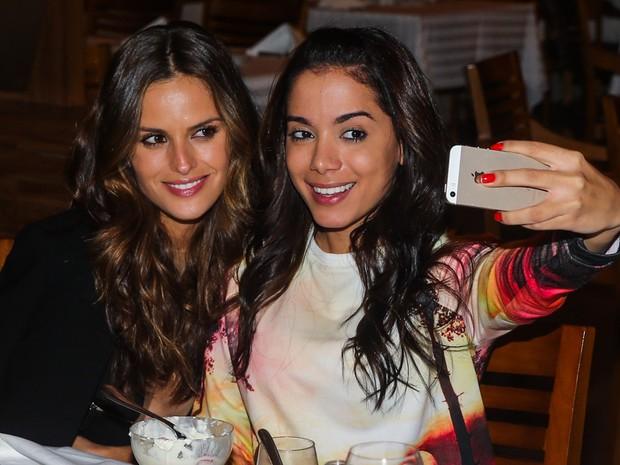 540aaeb4c Izabel Goulart e Anitta em restaurante em São Paulo (Foto  Manuela Scarpa   Foto