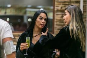 Mayara e Vivian (Foto: Globo/Paulo Belote)