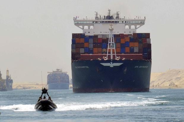 O teste no novo canal foi realizado sob um forte esquema de segurança, com helicópteros e navios militares  (Foto: Reuters)