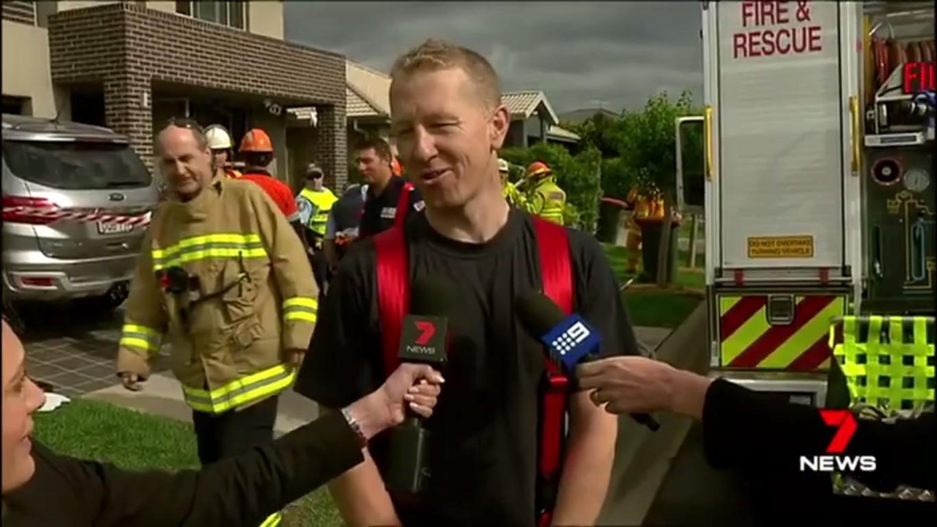 O bombeiro australiano Alan Fritsch quando, depois de salvar uma família, descobriu que seria pai dentro de pouco tempo (Foto: Reprodução)