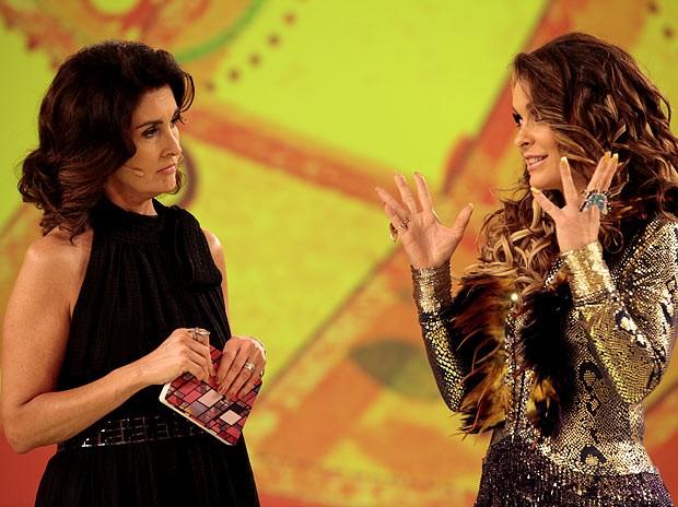 Chayene aproveita a visita a Fátima Bernardes para pedir desculpas às Empreguetes (Foto: Cheias de Charme / TV Globo)
