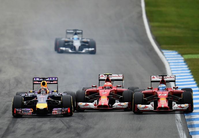 Kimi Raikkonen quebrou a asa dianteira ao ser espremido por Sebastian Vettel e Fernando Alonso (Foto: Getty Images)