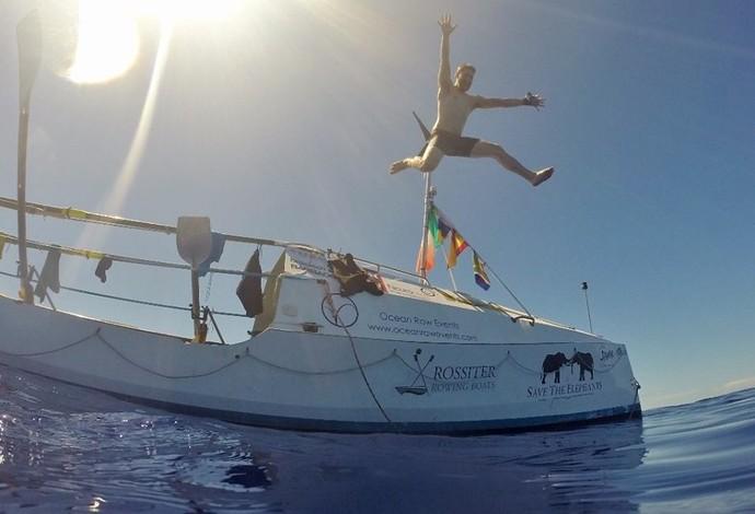 Única coisa boa da calmaria, segundo Caê, foi poder mergulhar no oceano (Foto: Reprodução)