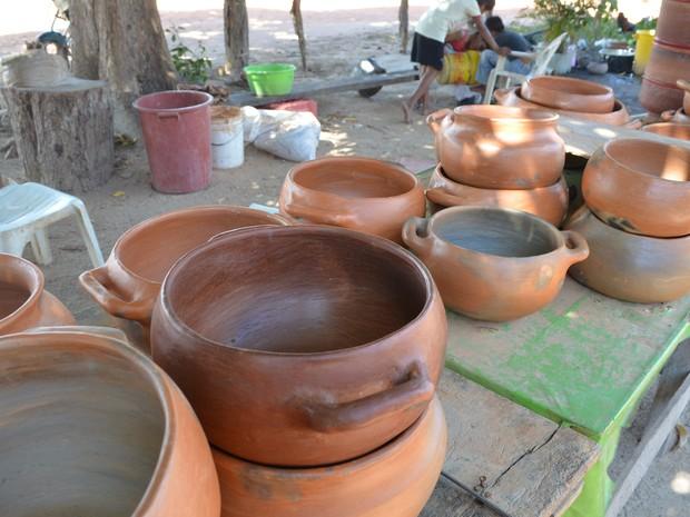 Panelas são vendidas e usadas pelos próprios indígenas (Foto: Emily Costa/ G1 RR)