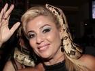 Ex-BBB Cida comemora 50 anos e ganha 'beijo' de cobra: 'Bem tranquila'