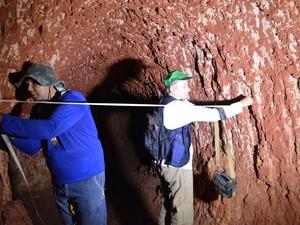 Funcionários do CPRM mediram a largura dos túneis para ter uma média estimada (Foto: Mary Porfiro/G1)