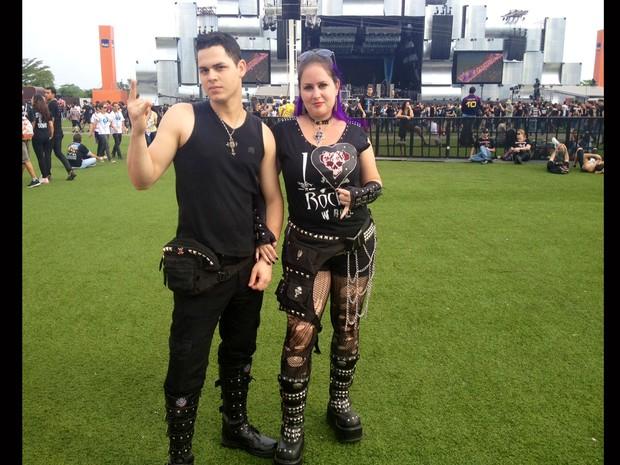 Aline Maia e o namorado, Jorge Luiz Andrade, já estiveram na Cidade do Rock na quinta-feira para ver o Metallica e retornaram neste domingo (22) para assistir o Iron Maiden pela 1ª vez. Aline usa uma bota plataforma de 9 cm de altura (Foto: Priscilla Souza/G1)