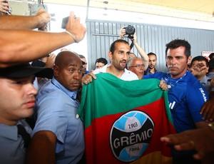 Barcos foi recebido por torcedores do Grêmio no aeroporto (Foto: Lucas Uebel/Grêmio FBPA)