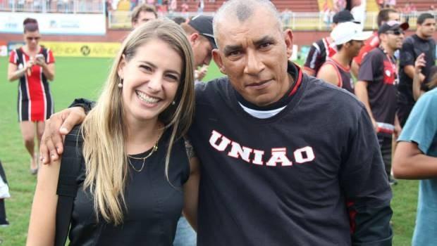 Repórter e o técnico do JEC, Hemersom Maria (Foto: RBS TV/Divulgação)