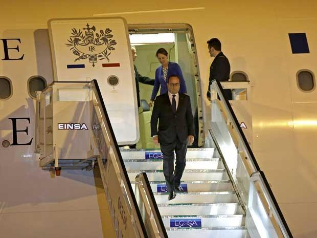 O presidente francês, François Hollande, desembarca em Havana. (Foto: Enrique de la Osa / Reuters)
