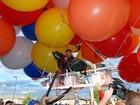 Americano e iraquiano começam voo puxados por 350 balões de gás hélio