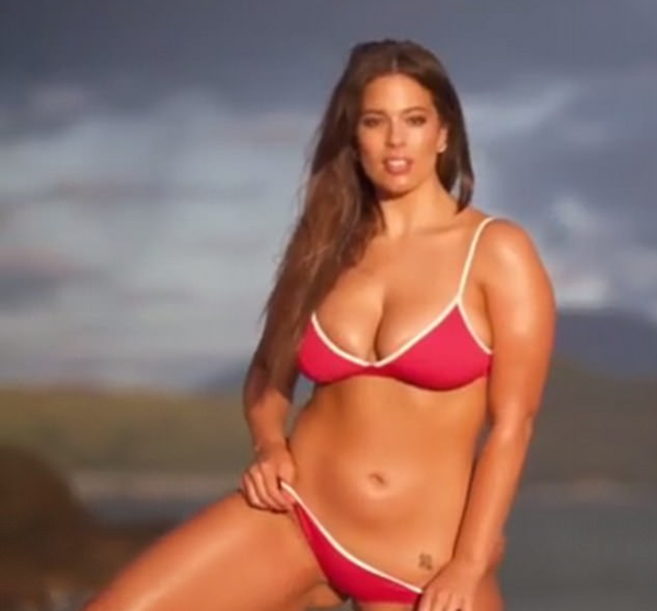 A modelo Ashley Graham no vídeo de bastidores de seu ensaio para a revista Sports Illustrated (Foto: Instagram)