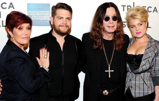 """Antes o mundo só conhecia Ozzy Osbourne, o famoso roqueiro líder do Black Sabbath. Porém, depois do reality show 'The Osbournes' (2002–2005), todos os quatro integrantes da família do """"príncipe das trevas"""" ganharam status de celebridades. Inclusive a filha, Kelly, que arriscou-se na carreira de cantora e hoje é queridinha de alguns estilistas. (Foto: Getty Images)"""