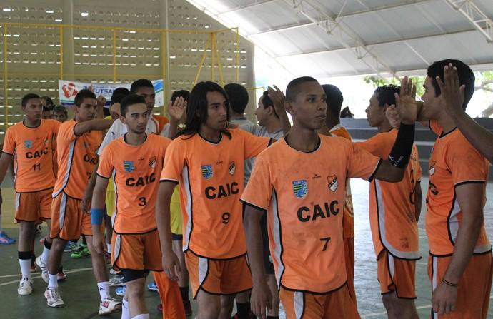 Jogadores de Caic Balduíno e Fortaleza/Darwin se cumprimentam (Foto: Abdias Bideh / GloboEsporte.com)