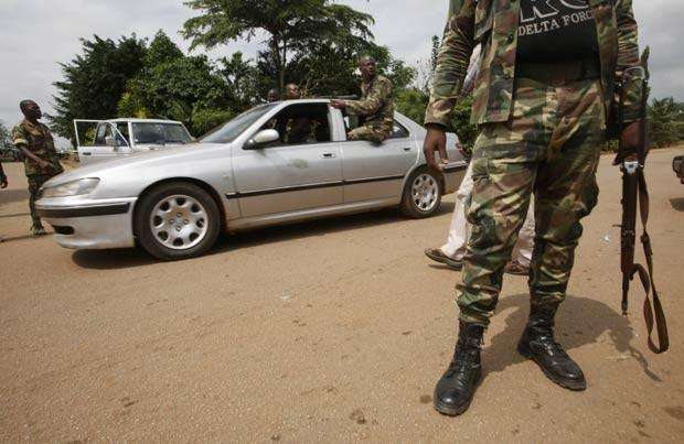 Soldados patrulham próximo ao campo de Akouedo nesta segunda-feira (6) após ataque em Abidjan (Foto: AFP)