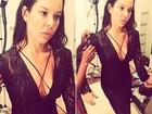 Fernanda Souza usa vestido decotado em gravação
