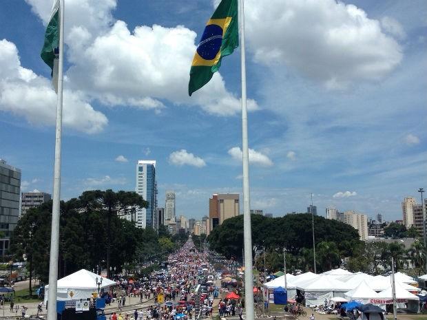 Manifestantes marcham pelas ruas de Curitiba (Foto: Daiane Baú / G1)