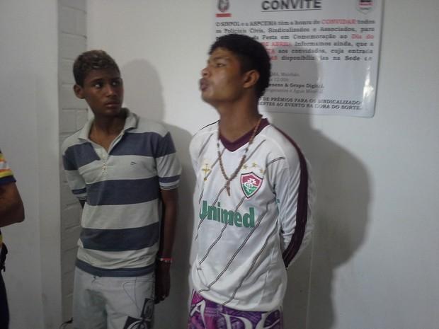 Segundo a polícia, havia um mandado de prisão em aberto contra Lineker Araújo (D) (Foto: João Ricardo/Globoesporte.com)