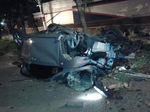 Jovem de 21 anos morre após carro bater contra árvore em Fortaleza (Foto: AMC)