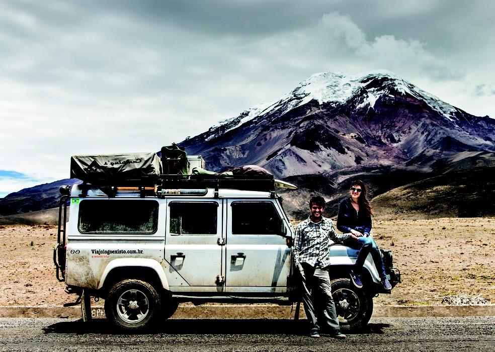 No Equador, com o terceiro integrante dessa viagem de quase 4 anos: o carro (Foto: Divulgação)
