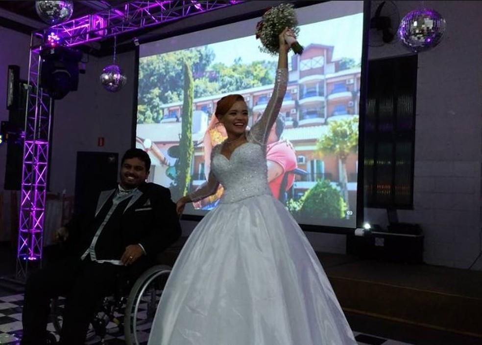 Cadeira de rodas não impediu o noivo de dançar na festa de casamento (Foto: Arquivo/ Jéssica Luíza Gonçalves)