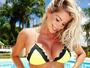 Karina Bacchi mostra a barriga de grávida em dia na piscina