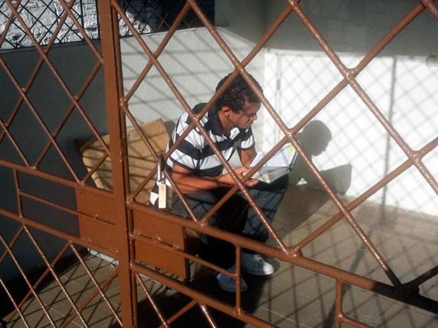 Em casa, Jegerson se recupera dos dias que passou preso (Foto: Heloisa Guimarães/Inter TV Cabugi)