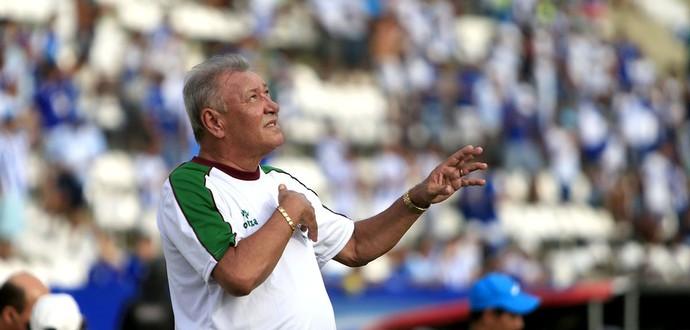 Técnico do CSE, Freitas Nascimento pede ajuda ao ceu. (Foto: Ailton Cruz / Gazeta de Alagoas)