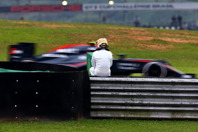 Outro ângulo: Fernando Alonso espera resgate após abandonar com McLaren em treino (Foto: Getty Images)