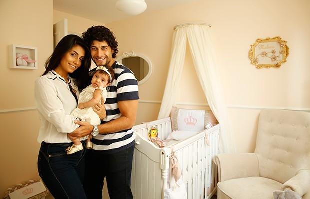 Jesus Luz com Carol Ramino e a filha Malena mostram decoração de sua casa para o EGO (Foto: Marcos Serra Lima/EGO)