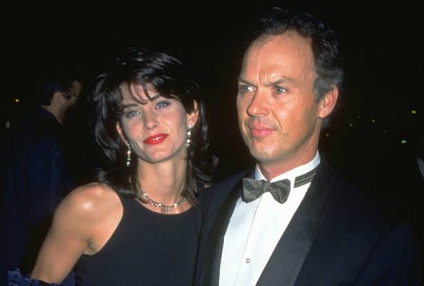 A Monica de 'Friends' namorou o Batman! Courteney Cox começou a namorar Michael Keaton, 13 anos mais velho, em 1989, bem na época em que ele começou a interpretar o Homem-morcego no cinema. Terminaram em 1995 e, naquele mesmo ano, a atriz disse numa entrevista que ele havia sido a pessoa mais incrível que ela já havia conhecido, e que aquele havia sido seu melhor relacionamento até então. (Foto: Getty Images)